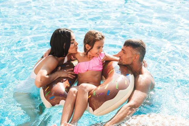 Vrolijke jonge familie samen plezier