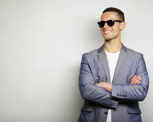 Vrolijke jonge man in slimme vrijetijdskleding