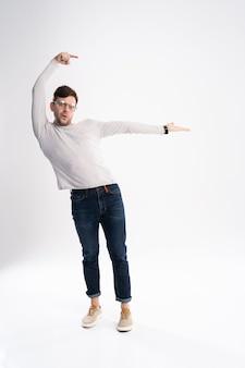 Vrolijke jonge man met casual kleding geïsoleerd op witte achtergrond