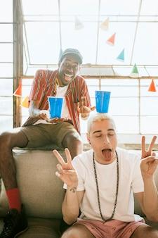 Vrolijke jonge mannen op een feestje