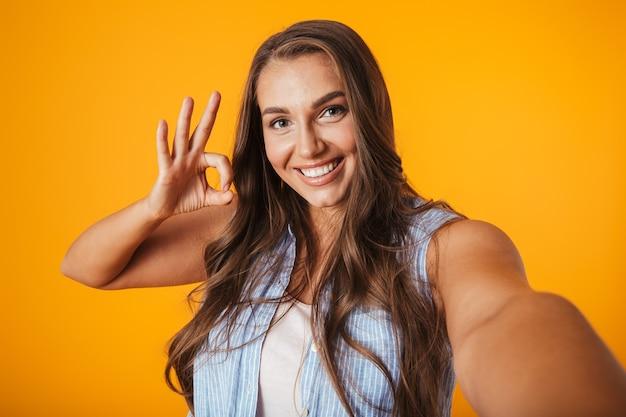 Vrolijke jonge vrouw met overgewicht, een selfie te nemen