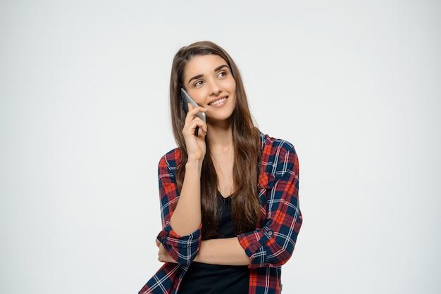 Vrolijke jonge vrouw praten op mobiele telefoon