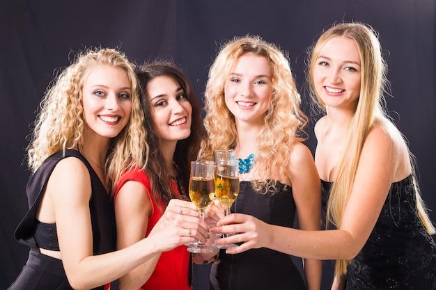 Vrolijke jonge vrouw rammelende glazen champagne