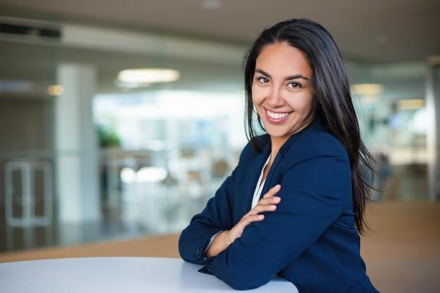 Vrolijke jonge zakenvrouw
