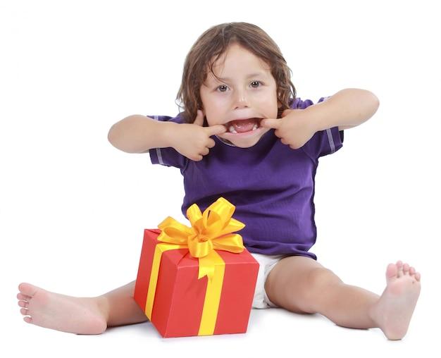 Vrolijke jongen met huidige doos. geïsoleerd op een witte achtergrond