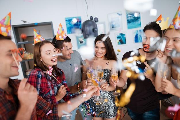 Vrolijke jongens in feest. vrienden hebben plezier.