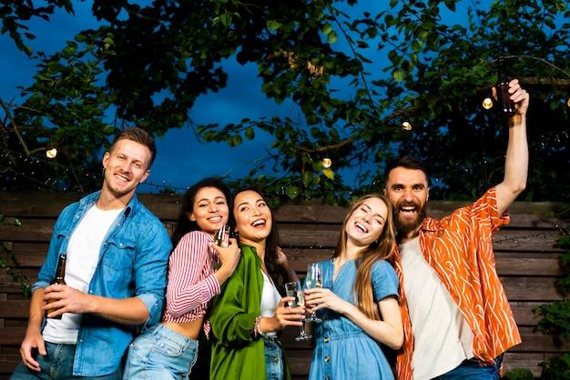 Vrolijke jongeren die vriendschap vieren