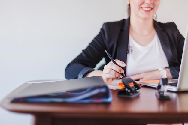 Vrolijke kantoor werkende vrouw op de werkplek