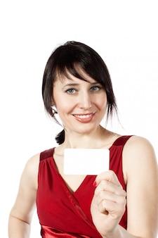Vrolijke kaukasische vrouw met blanco visitekaartje