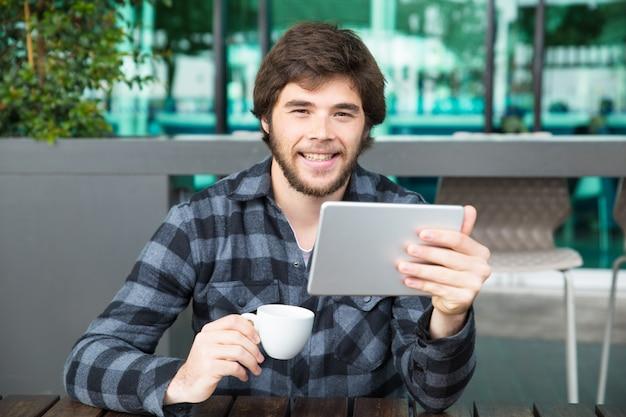 Vrolijke kerel die grappige video's bekijkt