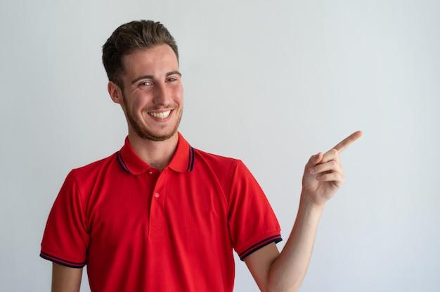 Vrolijke kerel die nieuw product, de dienst, aanbieding toont