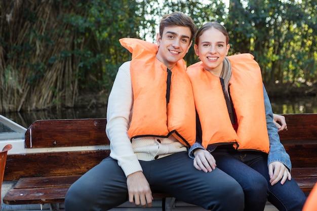 Vrolijke kerel knuffelen zijn vriendin op de boot