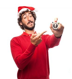 Vrolijke kerel wijst met een chronometer