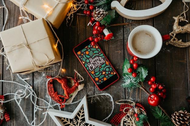 Vrolijke kerstaccessoires met telefoon en koffie met melk