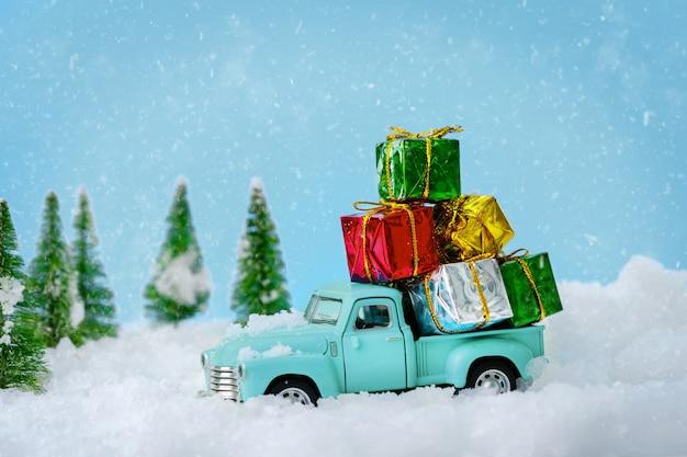 Vrolijke kerstboomtransporteur die op kerstavond geschenken brengt aan alle geliefden