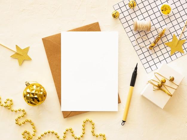 Vrolijke kerstkaart met kopie ruimte en handgemaakte geschenken