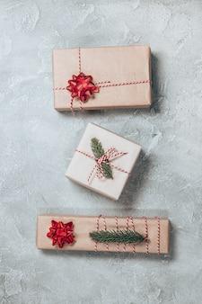 Vrolijke kerstkaart of banner gemaakt van geschenkdozen, sparren, decoraties, glitters