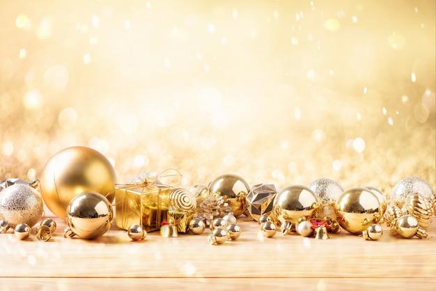 Vrolijke kerstmis en gelukkig nieuw jaarconcept met gouden kleur andere decoratie