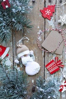 Vrolijke kerstmis en gelukkige vakantie wenskaart, frame, banner. nieuwjaar. nieuwjaarskaart met sneeuw op houten achtergrond. winter xmas vakantie thema. plat leggen.