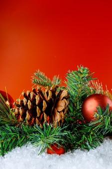 Vrolijke kerstmis en nieuwjaar decoratie sneeuw winter in de bal sneeuwvlokken op tak met dennenappel