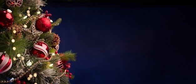 Vrolijke kerstmis en nieuwjaar vakantie achtergrond, brandende kaarsen met decoraties op hout achtergrond