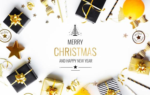 Vrolijke kerstmis, kerstmis en nieuwjaarsvieringsconcepten met giftdoos en ornament in zwarte en gouden kleur op witte achtergrond. winterseizoen en jubileumdag