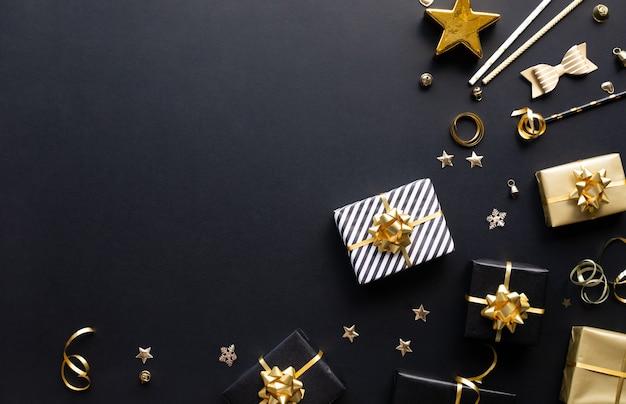 Vrolijke kerstmis, kerstmis en nieuwjaarvieringsconcepten met giftdoos en ornament in gouden