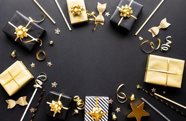 Vrolijke kerstmis, kerstmis en nieuwjaarvieringsconcepten met giftdoos en ornament