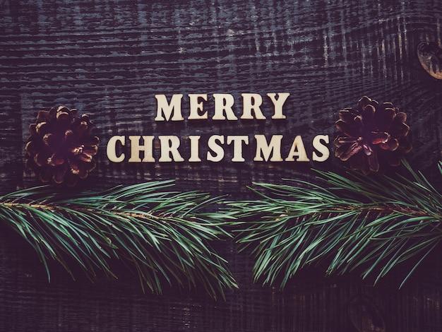 Vrolijke kerstmis met boomtakken en kegels
