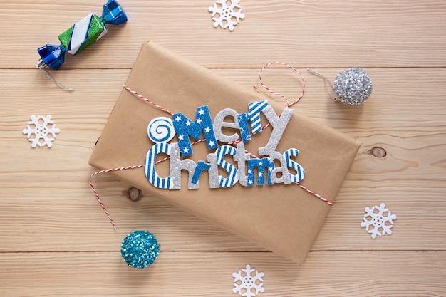 Vrolijke kerstmis met decoratie op houten achtergrond