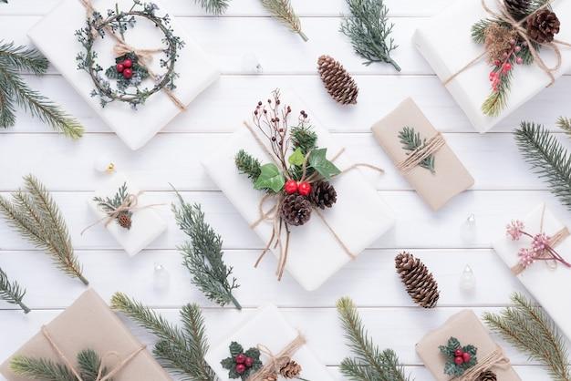 Vrolijke kerstmisdecoratie voor viering op witte houten achtergrond