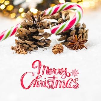 Vrolijke kerstmistekst met de kegel van het suikergoedstokje in de sneeuw