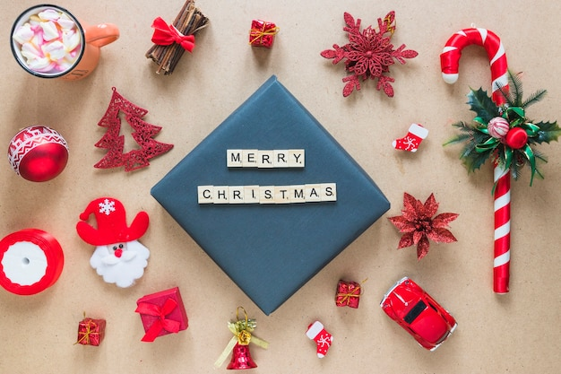 Vrolijke kersttitel tussen decoraties