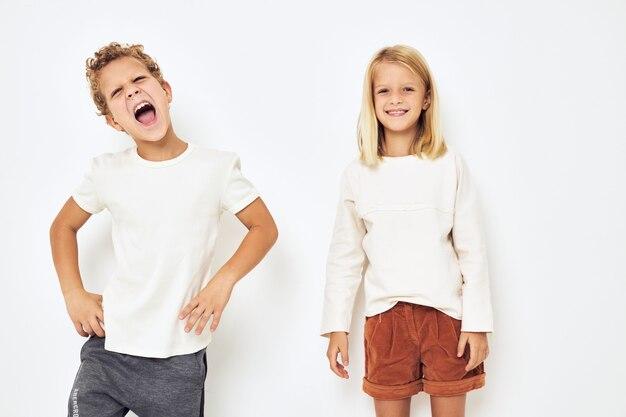 Vrolijke kinderen dansen gebaren met hun handen geïsoleerde achtergrond. hoge kwaliteit foto