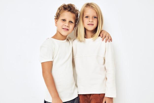 Vrolijke kinderen dansen glimlach poseren vrijetijdskleding lifestyle studio. hoge kwaliteit foto