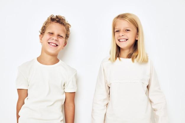Vrolijke kinderen dansen kleine vrolijke vrolijke vrienden geïsoleerde achtergrond. hoge kwaliteit foto