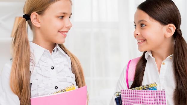 Vrolijke kinderen die bij elkaar glimlachen
