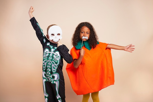 Vrolijke kinderen met halloween-kostuum