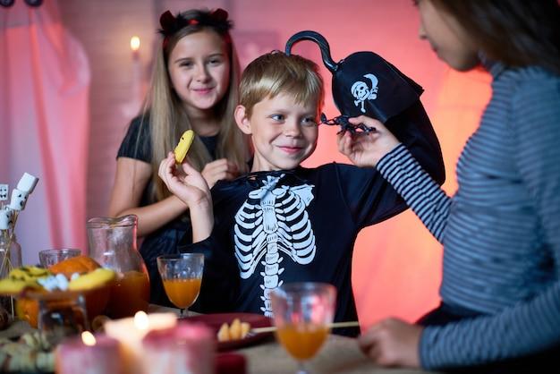 Vrolijke kinderen plezier op halloween party