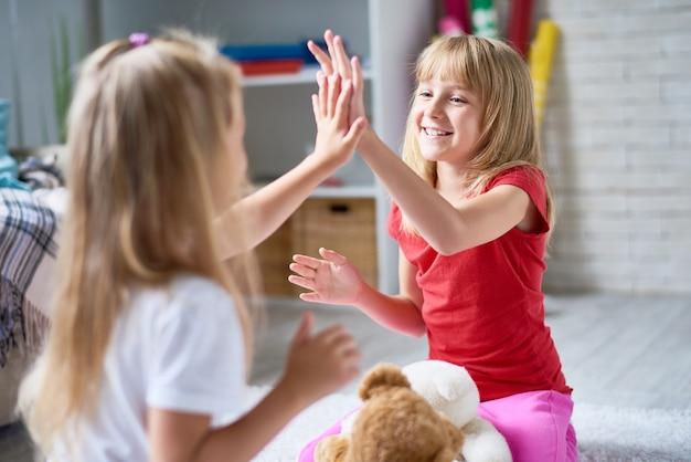 Vrolijke kleine meisjes samen spelen