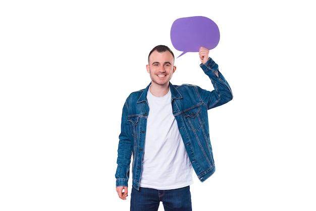Vrolijke knappe jonge man met lege tekstballon