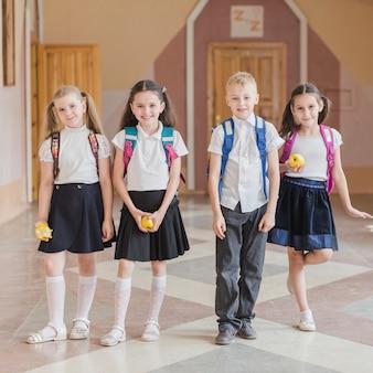 Vrolijke leerlingen met appels