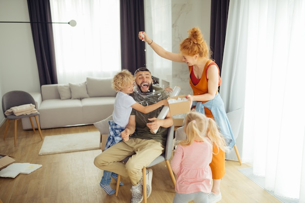 Vrolijke leuke familie die samen grappige spelletjes speelt