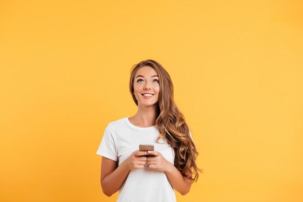 Vrolijke leuke mooie jonge vrouw chatten via de mobiele telefoon