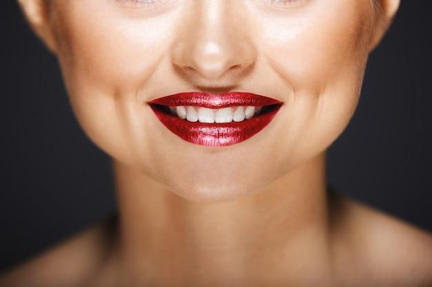 Vrolijke lippen met glamour lippenstift