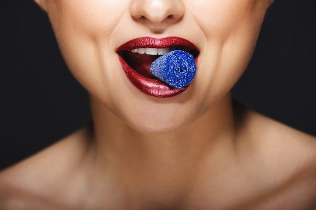 Vrolijke lippen met snoepjes met tanden.