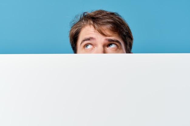 Vrolijke man banner kopie-ruimte reclame presentatie close-up. hoge kwaliteit foto