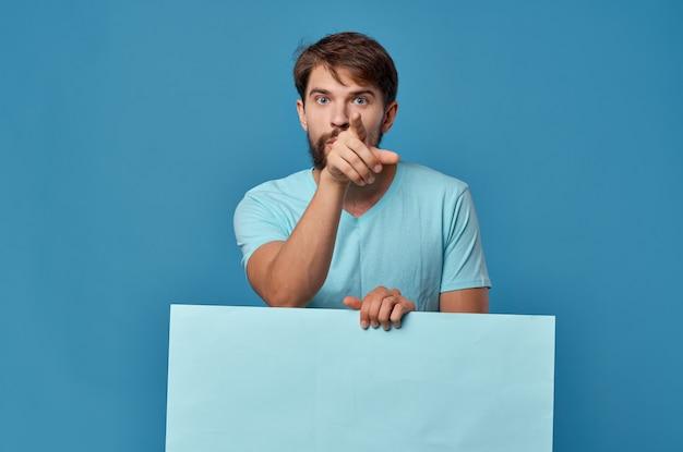 Vrolijke man blauwe banner in de hand blanco blad presentatie geïsoleerde achtergrond. hoge kwaliteit foto