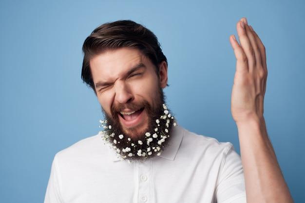 Vrolijke man bloemen in een baard frisheid natuurlijke stijl