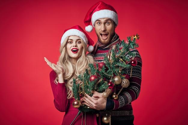 Vrolijke man en vrouw kerstboom decoratie speelgoed romantiek. hoge kwaliteit foto